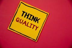 Handschriftstextschreiben denken Qualität Konzeptbedeutung, die an innovative wertvolle Lösungs-erfolgreiche Ideen denkt lizenzfreie stockbilder