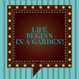 Handschriftstextschreiben Leben fängt in einem Garten an Konzept, welches die Landwirtschafts-Anlagen wachsen liebevoll für Garte stock abbildung