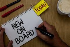 Handschriftstextschreiben neu an Bord Konzeptbedeutung Willkommen zur Team Anpassungs-Zusammenarbeit jemand stellte den Mann ein, stockbild