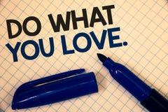 Handschriftstextschreiben tun, was Sie lieben Konzept, das positiven auserlesenen Text Desire Happiness Interest Pleasure Happys  stockfotografie
