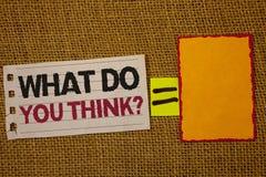 Handschriftstextschreiben, was Sie Frage denken Konzeptbedeutung Meinungs-Gefühl-Kommentar-Urteil-Überzeugungs-Jutefasersackplatt stockfotografie