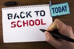 Handschriftstextschreiben zurück zu Schule Konzeptbedeutung richtiger Zeitpunkt, Schultasche, Stift, Buch, stationäres zu kaufen  lizenzfreies stockbild