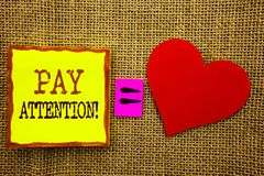 Handschriftstextvertretung Lohn-Aufmerksamkeit Geschäftskonzept für gibt aufpassen die aufmerksame Warnung acht, die auf Stiky-Br lizenzfreie stockbilder