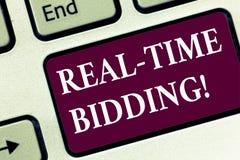 Handschrifttekst Bieden het In real time De conceptenbetekenis koopt en verkoopt reclameinventaris door de onmiddellijke sleutel  royalty-vrije stock fotografie