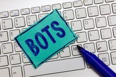 Handschrifttekst Bots De conceptenbetekenis automatiseerde programma dat over de Internet-Kunstmatige intelligentie loopt royalty-vrije stock foto