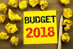 Handschrifttekst die Begroting 2018 tonen Bedrijfsconcept voor Huishouden die boekhouding planning geschreven op kleverig notadoc Stock Fotografie