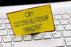 Handschrifttekst die Crm-Klantrelatiebeheer schrijven De conceptenbetekenis beheert en analyseert klanteninteractie stock fotografie