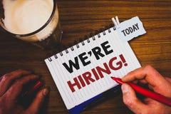Handschrifttekst die huren wij Motievenvraag schrijven Concept die Talent betekenen die Job Wanted Recruitment jagen royalty-vrije stock foto