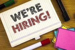 Handschrifttekst die huren wij Motievenvraag schrijven Concept die Talent betekenen die Job Wanted Recruitment jagen stock foto