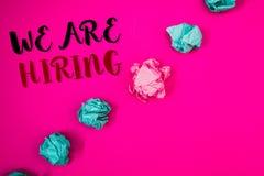 Handschrifttekst die huren wij schrijven Concept die Talent betekenen die de Rekrutering van Job Position Wanted Workforce jagen  stock foto's