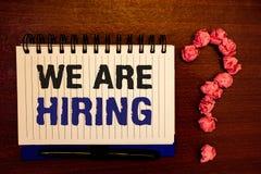 Handschrifttekst die huren wij schrijven Concept die Talent betekenen die de Rekrutering van Job Position Wanted Workforce jagen  stock fotografie