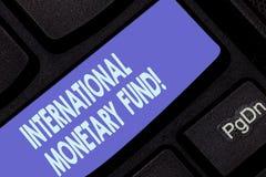 Handschrifttekst die Internationaal Monetair Fonds schrijven De conceptenbetekenis bevordert internationale financiële stabilitei royalty-vrije stock fotografie