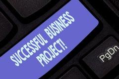 Handschrifttekst die Succesvol Zakelijk project schrijven Concept die Bereikend projectdoelen binnen programma betekenen royalty-vrije stock foto's