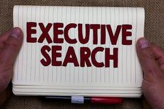Handschrifttekst die Uitvoerend Onderzoek schrijven Het concept die de organisaties van de rekruteringsdienst betekenen betaalt o stock afbeeldingen