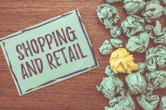 Handschrifttekst en Kleinhandels schrijven die winkelen Concept die Proces om de Consumptiegoederendiensten aan klanten betekenen stock afbeeldingen