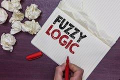 Handschrifttekst Fuzzy Logic De conceptenbetekenis controleert omvang van vuil en vethoeveelheid zeep en waterteller van de Mense stock foto