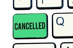 Handschrifttekst Geannuleerd schrijven De conceptenbetekenis besluit of kondigt aan dat de geplande gebeurtenis niet Toetsenbord  stock fotografie