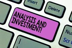 Handschrifttekst het schrijven Analyse en Investering Concept die het In dienst nemen betekenen aan een modern Toetsenbord van zo royalty-vrije stock afbeeldingen