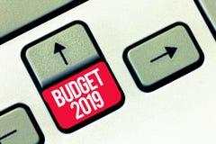 Handschrifttekst het schrijven Begroting 2019 Concept die Nieuwe jaarraming van inkomens en uitgaven Financieel Plan betekenen stock foto