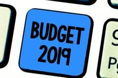 Handschrifttekst het schrijven Begroting 2019 Concept die Nieuwe jaarraming van inkomens en uitgaven Financieel Plan betekenen royalty-vrije stock foto
