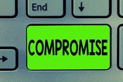 Handschrifttekst het schrijven Compromis De conceptenbetekenis komt aan overeenkomst door wederzijdse concessie geeft openbaart U royalty-vrije stock afbeelding