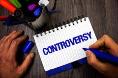 Handschrifttekst het schrijven Controverse Het concept Meningsverschil betekenen of het Argument die over iets belangrijk voor de stock afbeeldingen