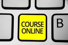 Handschrifttekst het schrijven Cursus online Concept die eLearning Elektronisch Digitaal geel de Klassentoetsenbord van de Onderw royalty-vrije stock foto's