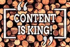 Handschrifttekst het schrijven de Inhoud is Koning Concept die op de markt brengend geconcentreerde groeiende zicht niet betaald  royalty-vrije stock foto