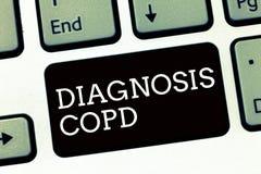 Handschrifttekst het schrijven Diagnose Copd Concept die obstakel van longluchtstroom betekenen dat met ademhaling belemmert stock foto