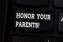 Handschrifttekst het schrijven Eer Uw Ouders Concept die hoge eerbied grote achting voor uw ouders bejaard Toetsenbord betekenen royalty-vrije stock foto
