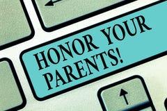 Handschrifttekst het schrijven Eer Uw Ouders Concept die hoge eerbied grote achting voor uw ouders bejaard Toetsenbord betekenen royalty-vrije stock fotografie