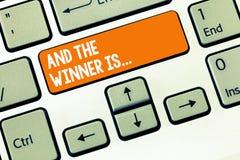 Handschrifttekst het schrijven en de Winnaar zijn Concept die Aankondigend betekenen wie de Kampioen Exemplar Uitvoerder is stock foto's