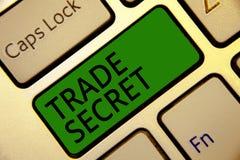 Handschrifttekst het schrijven Handelsgeheim Concept die Vertrouwelijke informatie over een Toetsenbord van het product intellect stock foto