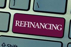 Handschrifttekst het schrijven het Herfinancieren De Financiën van de conceptenbetekenis opnieuw met nieuwe leningen aan een lage royalty-vrije stock foto's