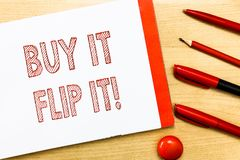 Handschrifttekst het schrijven koopt het Flip It De conceptenbetekenis koopt iets bevestigt hen verkoopt hen omhoog dan voor meer stock fotografie