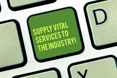 Handschrifttekst het schrijven Levering Vital Services To The Industry Concept die Voedingen voor bedrijventoetsenbord betekenen royalty-vrije stock afbeeldingen