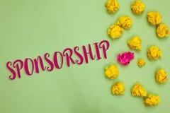 Handschrifttekst het schrijven Sponsoring Concept die Persoon of bedrijf betekenen die financieel materieel het Document van de s stock foto