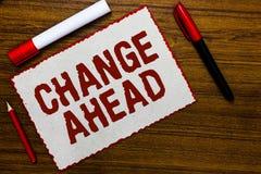 Handschrifttekst het schrijven Verandering vooruit Concept die Sommige wijzigingen betekenen die wachten te gebeuren rode bord va royalty-vrije stock foto