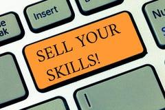 Handschrifttekst het schrijven verkoopt Uw Vaardigheden De conceptenbetekenis maakt uw capaciteit om iets goed te doen of de desk stock fotografie