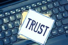 Handschrifttekst het schrijven Vertrouwensconcept die overtuiging in betrouwbaarheidswaarheid of capaciteit iemand betekenen iets royalty-vrije stock afbeeldingen