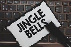 Handschrifttekst Jingle Bells Concept die beroemdste traditioneel Witboektoetsenbord Insp betekenen van het Kerstmislied het over royalty-vrije stock foto
