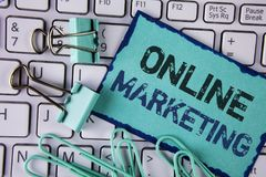 Handschrifttekst Online Marketing Concept die Op de markt brengend digitale reclame sociale die media elektronische handel beteke royalty-vrije stock fotografie