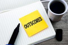 Handschrifttekst Outscores Het concept die Score betekenen meer punt dan anderen Onderzoek test de lopende materiële vouwen van d stock afbeelding