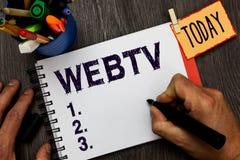 Handschrifttekst Webtv Het concept die Internet-transmissieprogramma's betekenen veroorzaakte zowel online als traditionele Mense royalty-vrije stock afbeelding