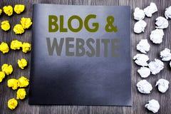 Handschrifttext-Titelinspiration, die Blog-Website zeigt Geschäftskonzept für das Blogging Sozialnetz geschrieben auf Notizblocka Stockfotografie
