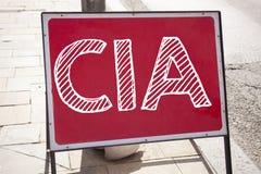 Handschrifttext-Titelinspiration, die CIA-Konzeptbedeutung Abkürzung geschrieben auf altes MitteilungsVerkehrsschild mit backgrou Stockfoto