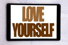 Handschrifttext-Titelinspiration, die Liebe sich zeigt Geschäftskonzept für positiven Slogan für Sie geschrieben auf Tablettensch Stockfotos