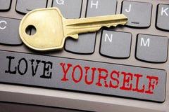 Handschrifttext-Titelinspiration, die Liebe sich zeigt Geschäftskonzept für positiven Slogan für Sie geschrieben auf Taste Stockbild