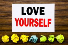 Handschrifttext-Titelinspiration, die Liebe sich zeigt Konzept für positiven Slogan für Sie geschrieben auf klebrige Anmerkung, m Lizenzfreies Stockfoto