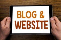 Handschrifttexttitel Blog-Website Geschäftskonzept für das Blogging Sozialnetz geschrieben auf Tablettenlaptop, hölzerner Hinterg Stockfotografie